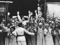 Жители города Порт-Саид приветствуют партийно-правительственную делегацию Советского Союза, прибывшую с официальным визитом в Объединённую Арабскую Республику. Египет, г. Порт-Саид. Май 1964 г. Фот. В.В. Егоров