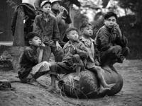0-392709-ч/б Вьетнамские дети сидят на неразорвавшемся снаряде. Вьетнам Северный (ДРВ). 1969г. Фот. Соболев В.