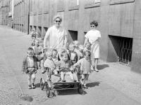 0-396982-ч/б Воспитатели одного из детских садов во время прогулки с детьми. ГДР, г. Росток. 1970 гг. Фот. Халдей Е.А.