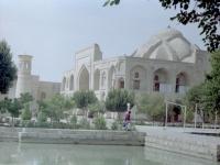 Вид минарета и ханаки ансамбля Баха ад-Дина Накшбанди.  Узбекистан, г. Бухара. 2004 г.  Фот. Э.Г. Жданов