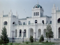 Вид части восточного фасада Дворца эмира Сейид Абд-ал-Ахада (арх. А.Л. Бенуа).  Узбекистан, г. Каган. 2004 г.  Фот. Э.Г. Жданов