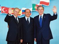 8-2005-цв. Президент Российской Федерации В.В. Путин, Председатель Совета Министров Итальянской Республики С. Берлускони и Президент США Джордж Буш (слева направо) во время официального фотографирования участников саммита Россия-НАТО. Италия, г. Практика-Ди-Маре. 28.05.2002 г. Фот. Панов А.