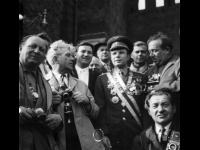 Летчик-космонавт Ю.А.Гагарин в группе фотокорреспондентов на Красной площади; первый ряд слева направо: С.Раскин, А.Устинов, С.Гурарий.  Москва, 1961 г. Автор съемки Я.И.Рюмкин. Арх. № 1-603 цв.