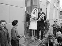 0-392828-ч/б Молодожёны после регистрации брака. СССР, г.Москва. 1971г. Фот. Халдей Е.