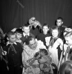 Артист цирка, дрессировщик Ю.В. Дуров, в окружении школьников после завершения представления. СССР, г. Москва. 1953 г. Фотограф Евг. Халдей.