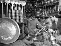 Продажа национальной металлической посуды в г. Кабуле. Афганистан, г. Кабул. Апрель 1979 г. Фотограф В.Б. Соболев.