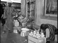 Уличная торговля в городе. Сенегал, г. Дакар. 1964 г. Фотограф В. Кошевой.