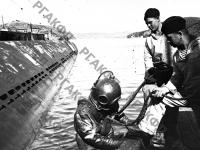 Водолазная группа за проверкой подводной лодки перед выходом на боевую операцию. Северный флот, 1942 г. РГАКФД. Арх. № 0-206586.