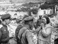 Жительница Севастополя рассказывает бойцам Красной Армии об ужасах, пережитых за время немецкой оккупации. г. Севастополь, май, 1944 г. РГАКФД. Арх. № 0-257900.