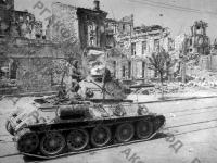 Советские танки на улице Ленина в Севастополе. г. Севастополь, 1944 г. РГАКФД. Арх. № 0-255396.