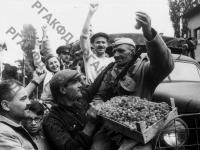 Болгары приветствуют воинов Красной Армии, освободивших один из городов Болгарии от немецкой оккупации. Болгария, 12 октября 1944 г. РГАКФД. Арх. № 0-257175.