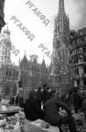 Жители города на разрушенной немцами площади перед собором святого Стефана в Вене. Австрия, г. Вена, 1945 г. РГАКФД. Арх. № 0-255388.